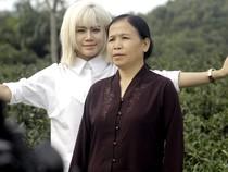 Mẹ Yến Lê diễn xuất trong MV của con gái